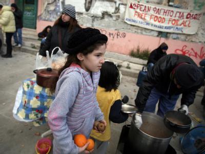 Schon jetzt stürzen immer mehr Griechen in bittere Armut. Viele sind auf öffentliche Suppenküchen angewiesen. Foto: Alkis Konstantinidis/Archiv