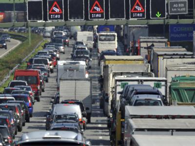Besonders eng könnte es auf der A1 von der Ostsee bis nach Köln und der A2 von Dortmund Richtung Berlin werden. (Archivbild)