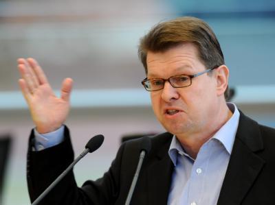 SPD-Landeschef Ralf Stegner hat zurückhaltend auf das knappe Wahlergebnis reagiert. Foto: Carsten Rehder/Archiv