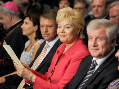 Die Präsidentin des Bundes der Vertriebenen (BdV), Erika Steinbach sitzt neben Bayerns Ministerpräsident Horst Seehofer (CSU).