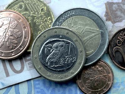 Euroscheine und -münzen liegen auf einem Tisch. Foto: Federico Gambarini