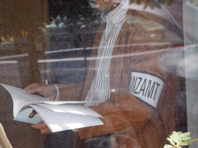 Steuerfahnder bei der Arbeit. Foto: Uwe Zucchi/Archiv