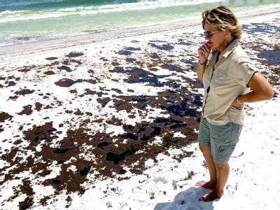 Ölverschmutzung am Pensacola Beach, Florida: Nach einer längeren Unterbrechung gelingt es, über dem defekten Bohrloch mit einer Kappe austretendes Öl aufzufangen.