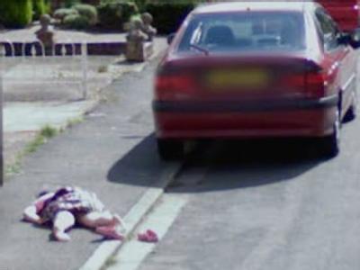 Das Bildschirmfoto zeigt ein am Boden liegendes Mädchen, das von Google Street View in Worcester fotografiert wurde. Fast wöchentlich werden in Großbritannien solche kuriosen Aufnahmen veröffentlicht.