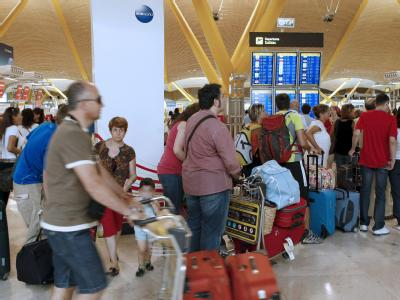 Gestrandete Reisende am Flughafen in Madrid während eines Generalstreiks (Archivbild vom 19.7.2010).