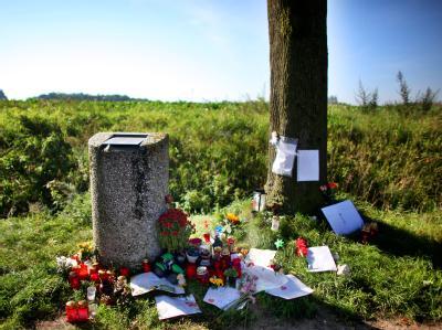 In Gerfrath an der Fundstelle von Kleidungsstücken des verschwundenen Mirco legen Mitbürger Briefe und Blumen ab.