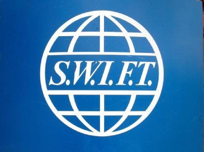 Das SWIFT-Logo im Hauptsitz der Firma in Brüssel. Die Bundesregierung will einem Abkommen zur Weitergabe von europäischen Bankdaten an US-Terrorfahnder vorerst nicht zustimmen.