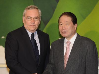 Südkoreas Außenminister Yu Myung-hwan, hier mit UN-Sonderbotschafter Lynn Pascoe, tritt zurück.