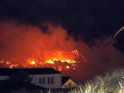 Feuerwehrleute kämpfen am Montag (16.08.2010) auf Sylt gegen einen Brand. Mehrere Brände hielten die Feuerwehr nach Gewittern auf der Nordseeinsel Sylt in Atem. Wegen eines Blitzeinschlags in einem Hotel mussten etwa 200 Menschen in Sicherheit gebracht we