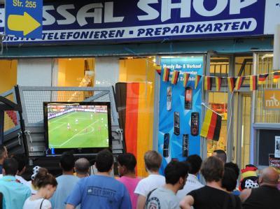 Fußballfans schauen in Berlin Neukölln das Spiel Deutschland-Spanien.
