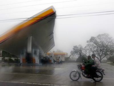 In der Provinz Isabela hat «Megi» diese Tankstelle aus den Angeln gehoben.