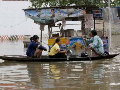 Thailand wird währen der Regenzeit immer wieder von Überschwemmungen getroffen, wie hier im Oktober 2006. Bislang sind 32 Menschen ums Leben gekommen.