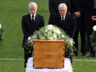 DFL-Präsident Rauball und DFB-Präsident Zwanziger (r) trauern am Sarg von Robert Enke.