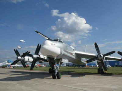 Mit dem gewaltigen Langstreckenbomber Tu-95 (NATO-Codename «Bear»), der mit seinen acht Propellern eine Reichweite von mehr als 14000 Kilometer hat und Atomwaffen tragen kann, hat Russland in den vergangenen Jahren immer wieder den Luftraum Großbritannie