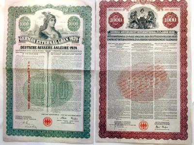 Reproduktion von zwei Anleihen aus dem Jahr 1924 (l) und 1930 (r): Diese wurden in den zwanziger Jahren zur Finanzierung der deutschen Reparationszahlungen aus dem Ersten Weltkrieg vor allem an US-Bürger verkauft.