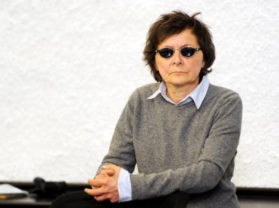 Verena Becker darf im Gericht eine Sonnenbrille tragen. Foto: Bernd Weißbrod / Archiv