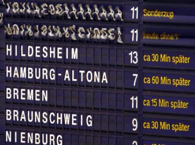 Die Bahn will Kunden ab sofort per E-Mail Bescheid geben, wenn sich ihr Zug verspätet.