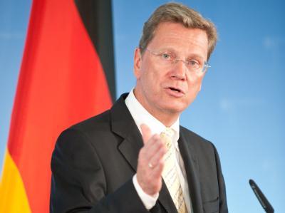 Bundesaußenminister Guido Westerwelle (FDP) steht wegen seiner Haltung zum Nato-Einsatz in Libyen auch in den eigenen Reihen in der Kritik. (Archivbild)