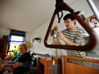 Ein Zivildienstleistender repariert in einem Altenwohnheim eine Lampe. (Archivbild)
