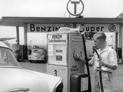 Als alles noch einfach war: Ein Autofahrer tankt an der ersten Tankstelle mit Selbstbedienungs-Zapfsäule im Jahr 1959 in Essen.