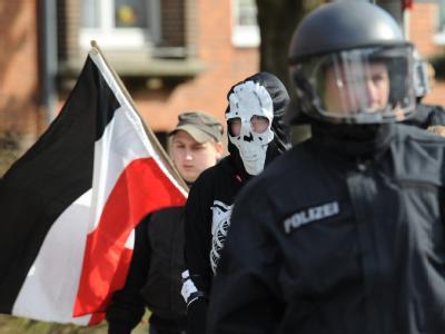 Begleitet von Polizisten marschieren Neonazis durch Lübeck. Kirchen, Parteien und Gewerkschaften hatten zu Protesten gegen die Kundgebung von Neonazis zur Erinnerung an die Bombardierung Lübecks 1942 aufgerufen.