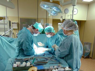 Wird in deutschen Krankenhäusern zu viel operiert? Foto: dpa