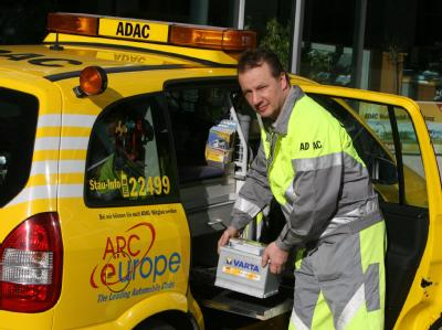 Geplatzte Reifen, eingefrorene Motoren, leere Batterien: Für ADAC-Pannenhelfer Oliver Bäuml ist der verschneite Wochenbeginn Großkampftag.