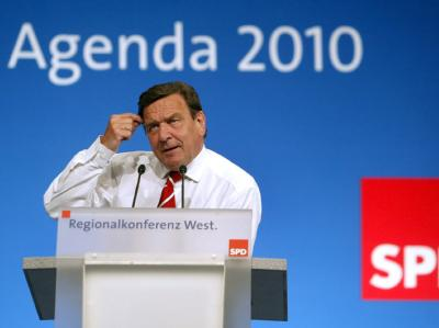 Der damalige Bundeskanzler Gerhard Schröder bei einer SPD-Regionalkonferenz zur Agenda 2010 (Archivfoto vom 28.4.2003).