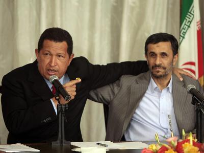 Wegen der Sanktionen von USA und EU gegen Iran setzt Mahmud Ahmadinedschad auf alte Freunde wie Hugo Chávez. Foto: Miraflores Press/Archiv