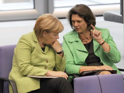 Keine Kritik am Stil der Kanzlerin: Merkel und Landwirtschaftsministerin Aigner im Plenarsaal des Bundestages. (Archiv)