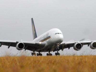 Angeschmorte Kabel unter einer Toilette haben an Bord eines Riesenfliegers vom Typ Airbus A 380 Feueralarm ausgelöst.