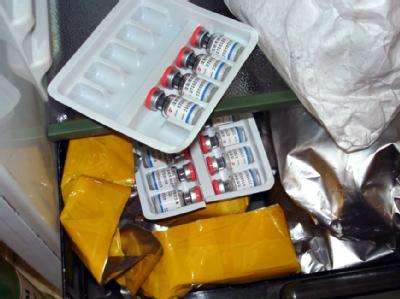 Von der Polizei sichergestellte, verkaufsfertige Ampullen mit Dopingmitteln.
