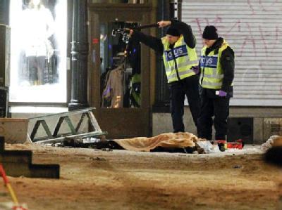 Zwei Polizisten fotografieren am 11.12.2010 in Stockholm den Sprengstoffattentäter in der Innenstadt von Stockholm. (Archivbild)
