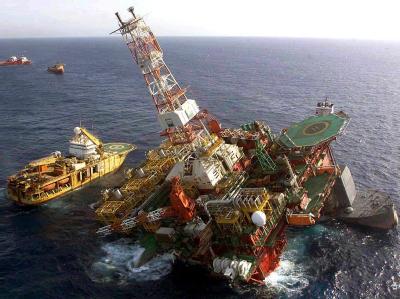 Sinkende Ölbohrplattform