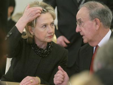 US-Außenministerin Hillary Clinton mit dem US-Nahost-Vermittler George Mitchell in Moskau. (Archiv-Bild)