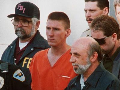 Timothy McVeigh wird im April 1995 von FBI-Beamten abgeführt. Sechs Jahre später wurde er durch eine Giftspritze hingerichtet.
