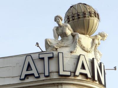 Die berühmte Weltkugel auf dem Dach des Atlantic Hotel in Hamburg (Archiv).