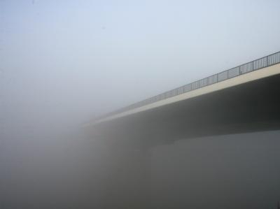 Wieder haben Unbekannte von einer Autobahnbrücke einen Wagen beworfen.