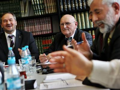 Der Sprecher des Koordinierungsrats der Muslime, Bekir Alboga (l), und der Vorsitzende des Zentralrats der Muslime Ayyub Axel Köhler (r) beraten mit Vertretern muslimischer Verbände über einen Ausstieg aus der Islamkonferenz.