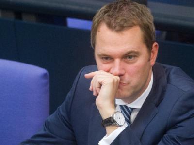 Nennt Rücktrittsforderungen von SPD und Grünen an Westerwelle als «parteitaktische Phantomdebatte»: Bundesgesundheitsminister Daniel Bahr (FDP). (Archivbild)