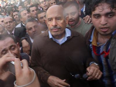 Der ägyptische Friedensnobelpreisträger Mohammed El Baradei (Mitte) inmitten einer Menge von Demonstranten. Nun ist er unter ist unter Hausarrest gestellt worden.
