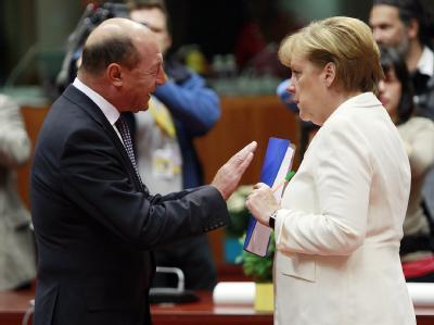 Traian Basescu im Gespräch mit Angela Merkel bei einem EU-Gipfel in Brüssel. Foto: Olivier Hoslet/Archiv
