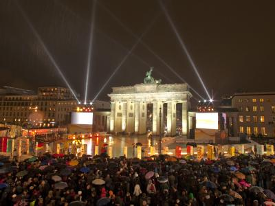 Im Zentrum der Feier: Das Brandenburger Tor erstrahlt im Glanz der Festivitäten.