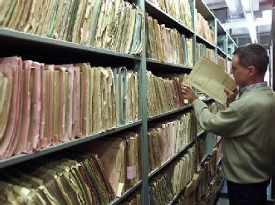 Mitarbeiter der Bundesbehörde für die Stasi-Unterlagen bei der Arbeit: Werden Stasi-Überprüfungen noch gebraucht? Stehen alle Ostdeutschen unter Generalverdacht? Die Meinungen im Bundestag gehen auseinander. (Archivfoto).