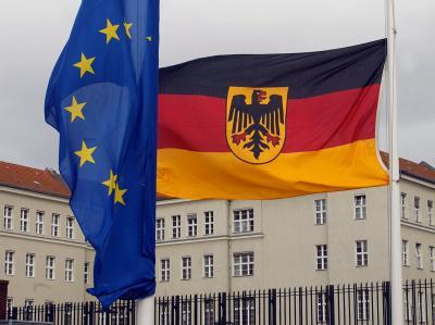 Die Flagge Europas und die Deutschlandfahne hängen vor dem Bendlerblock in Berlin auf Halbmast. (Archivbild)