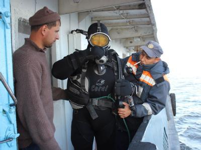 Für die Bergung des Unglücksschiffs «Bulgaria» sind hunderte Helfer und schwere Technik im Einsatz.