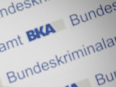 Der Schriftzug des Bundeskriminalamts (BKA) während einer Pressekonferenz in Wiesbaden.
