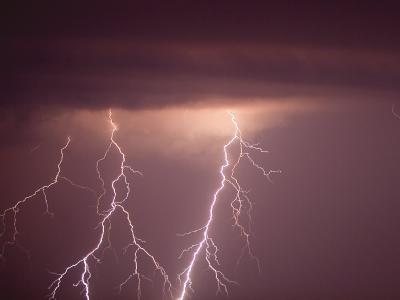 Enorme Kraft: Blitze erhellen den Nachthimmel. (Archivbild)