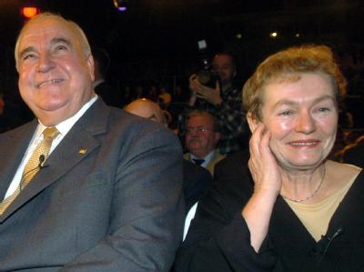 Altkanzler Helmut Kohl und die ehemalige Bürgerrechtlerin Bärbel Bohley am 9.11.2004 bei einer Veranstaltung zum15. Jahrestag des Mauerfalls.