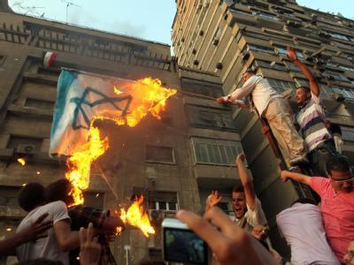Wütender Protest: Nach dem Sturm eines entfesselten Mobs auf die israelische Botschaft in Kairo sind Ägypten wie auch Israel um Schadensbegrenzung bemüht.